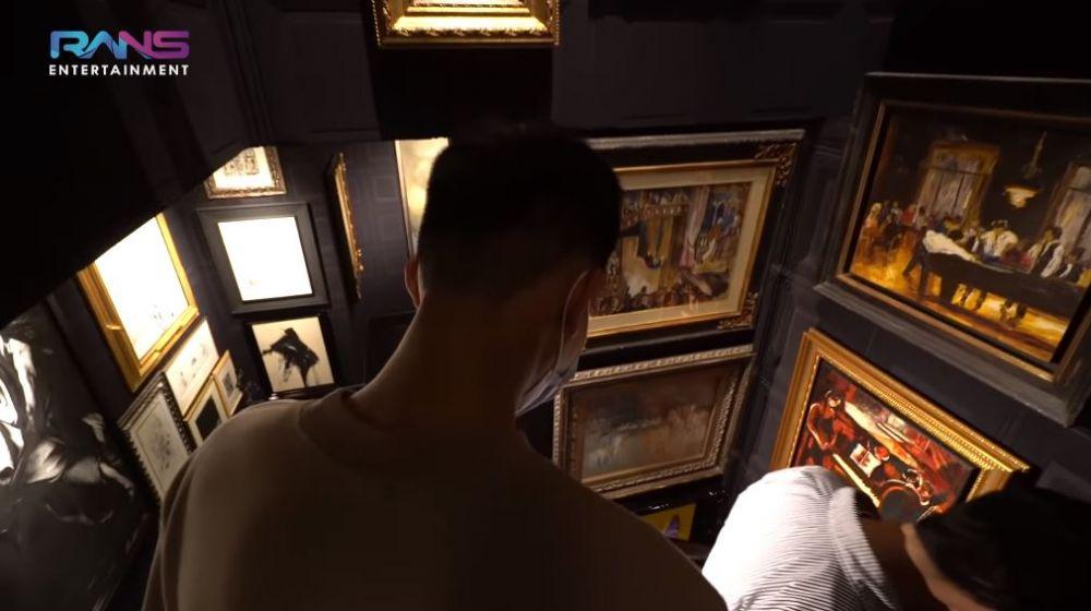 galeri seni di rumah Otis © YouTube
