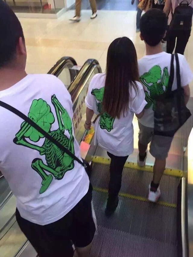 momen absurd pasangan pakai baju couple Berbagai sumber