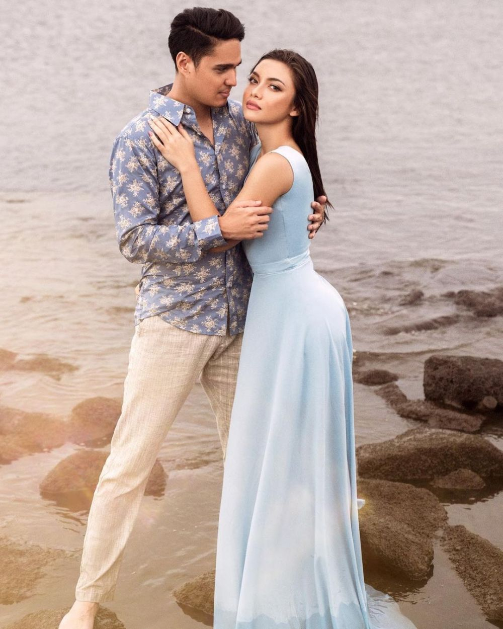 Angela Gilsha & Mischa di pantai © Instagram