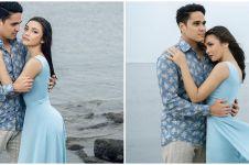 8 Gaya pemotretan Angela Gilsha & Mischa di pantai, romantis