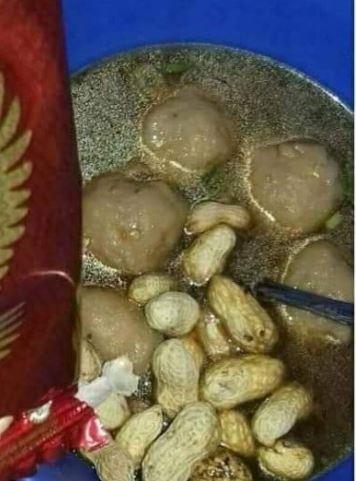 makan bakso nyeleneh Berbagai sumber