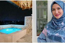 8 Potret kolam renang rooftop Natalie Sarah, berasa di Santorini