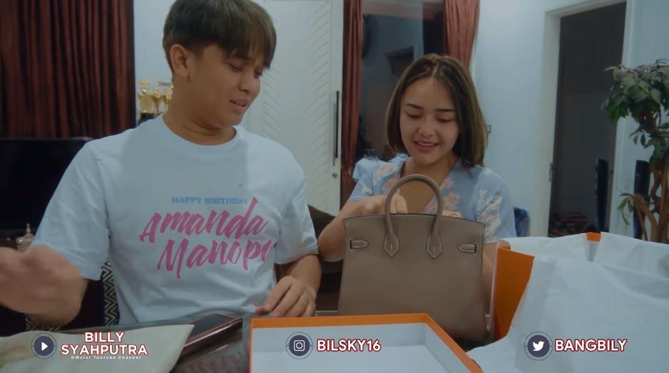 Momen Amanda dapat tas mewah dari Billy © YouTube