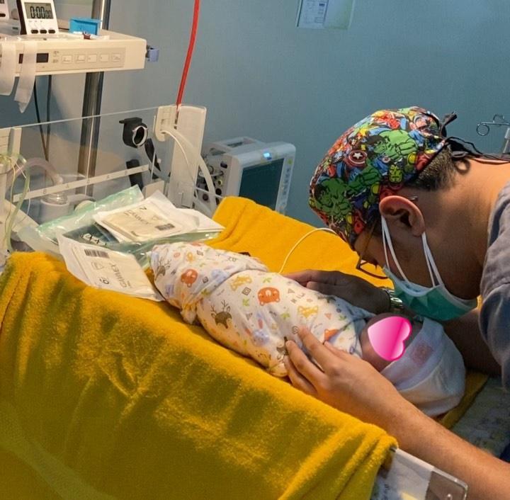 dokter azankan bayi baru lahir © Instagram