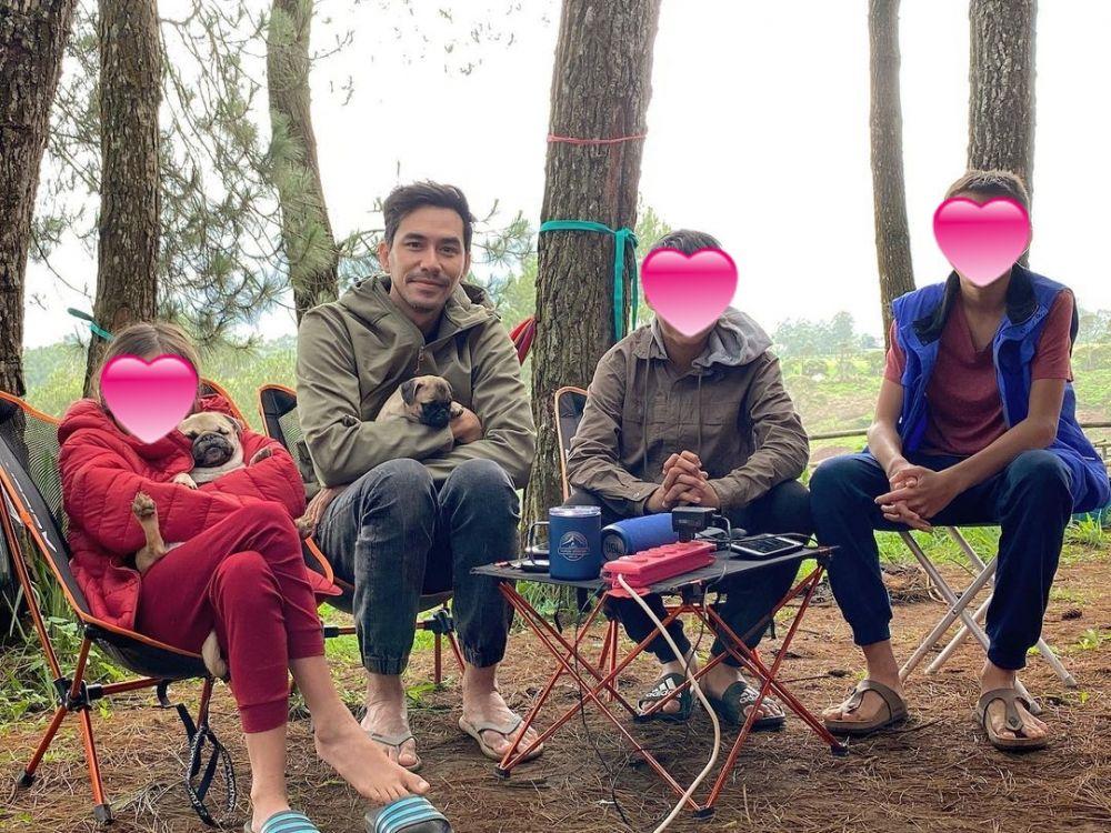 Darius Sinathrya camping bareng keluarga © Instagram