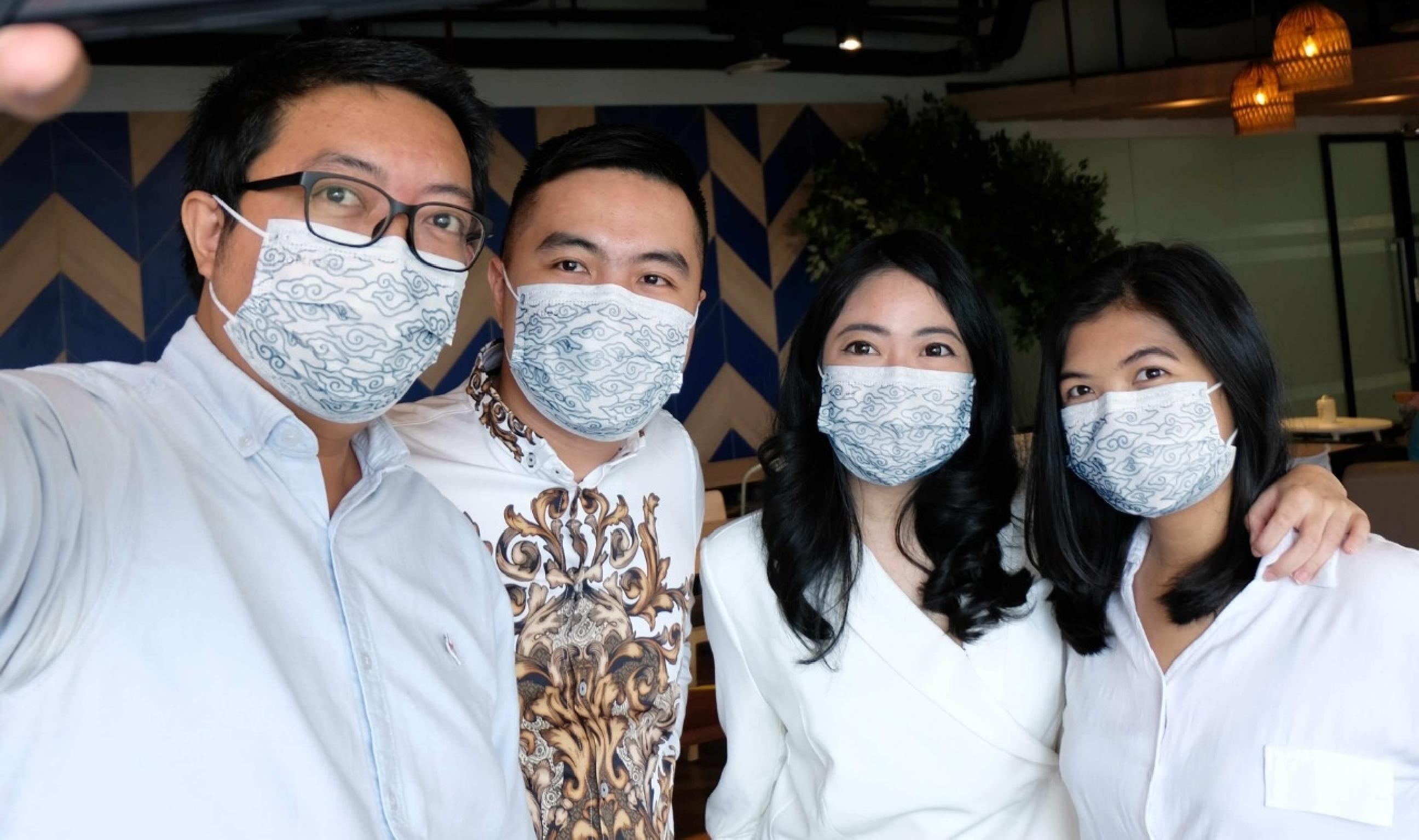 Masker bermotif batik ini bukan cuma melindungi, tapi juga trendi loh