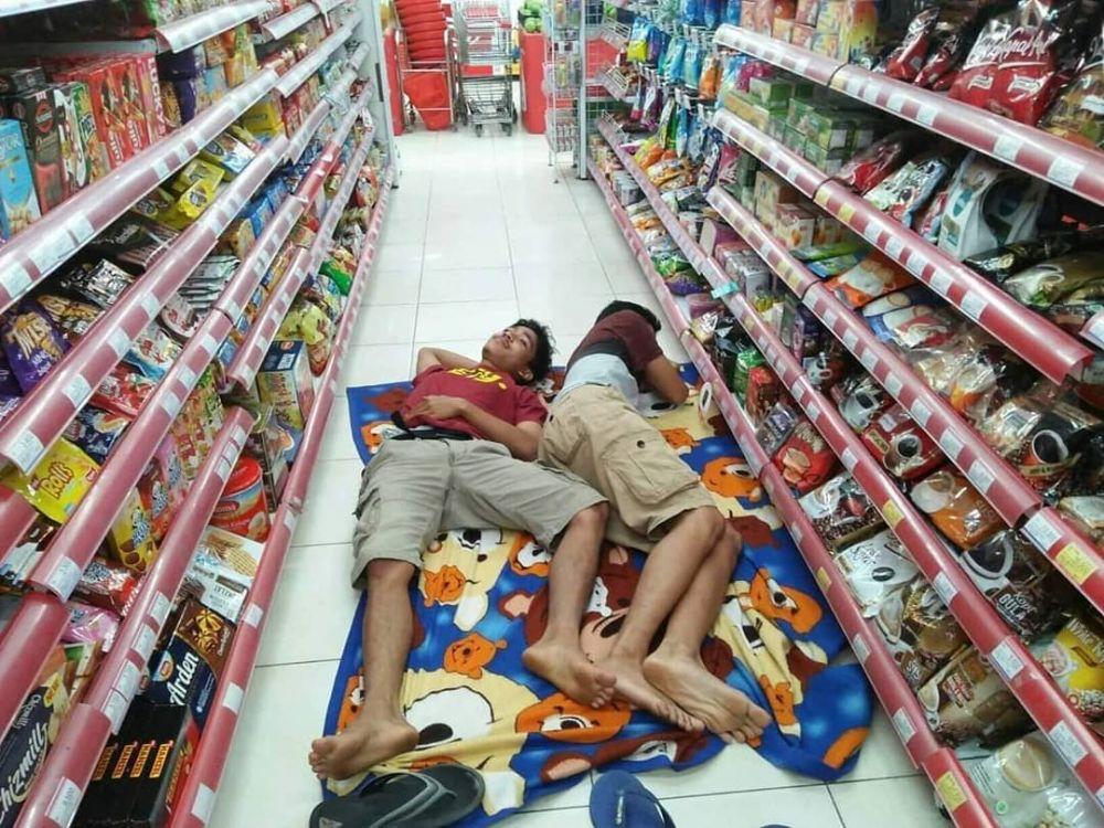 orang tidur di tempat umum © Instagram