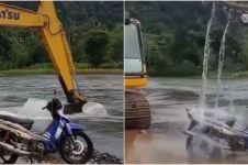 Cuci motor dengan alat berat, endingnya malah ngenes