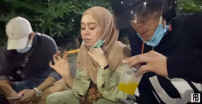lesty rizky makan di pinggir jalan © YouTube