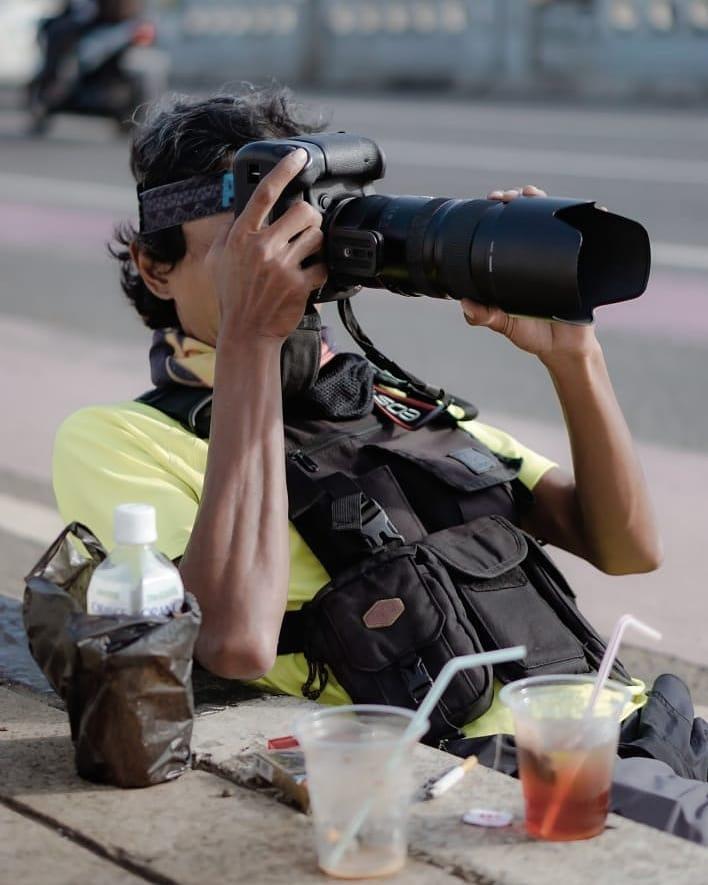 Fotografer di jembatan kuningan © 2020 brilio.net