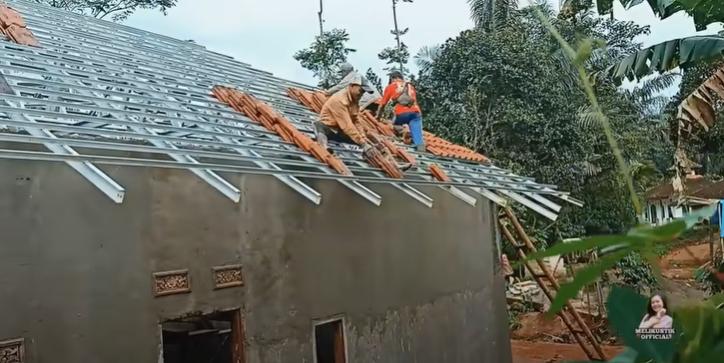 Penampakan rumah panggung Meli LIDA yang kini direnovasi YouTube dan Instagram