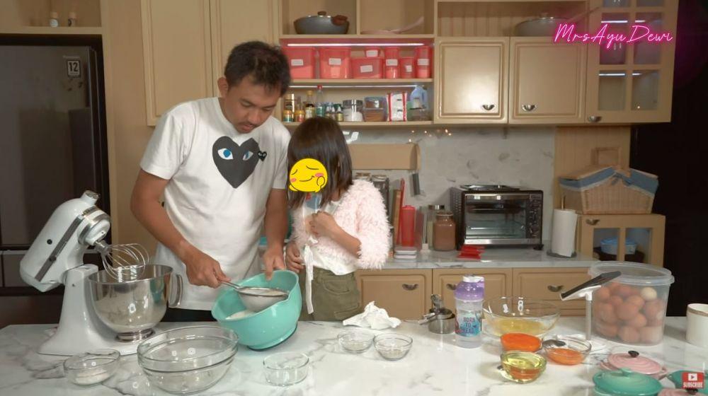 Hari Ibu Ayu Dewi © YouTube