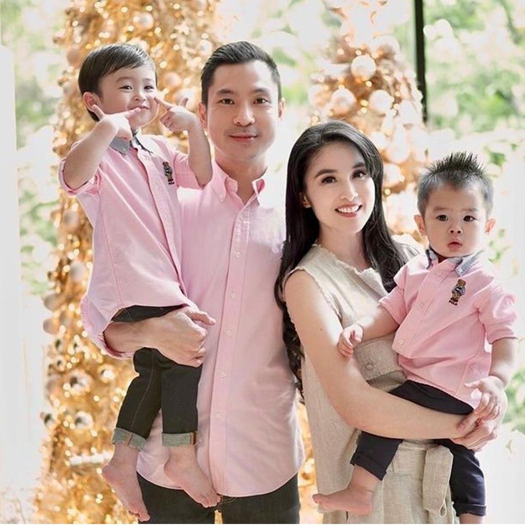 Potret dekorasi rumah 9 seleb jelang Natal, Sandra Dewi serba gold