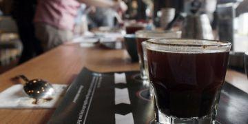 3 Tips menyeduh kopi jadi lebih nikmat beraroma, pakai air mineral deh