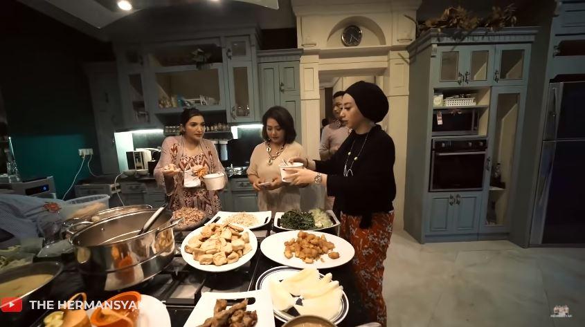 kedekatan keluarga Ashanty dengan the menzel © 2020 brilio.net