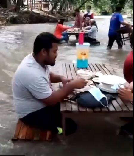 8 penampakan restoran di sungai © Twitter