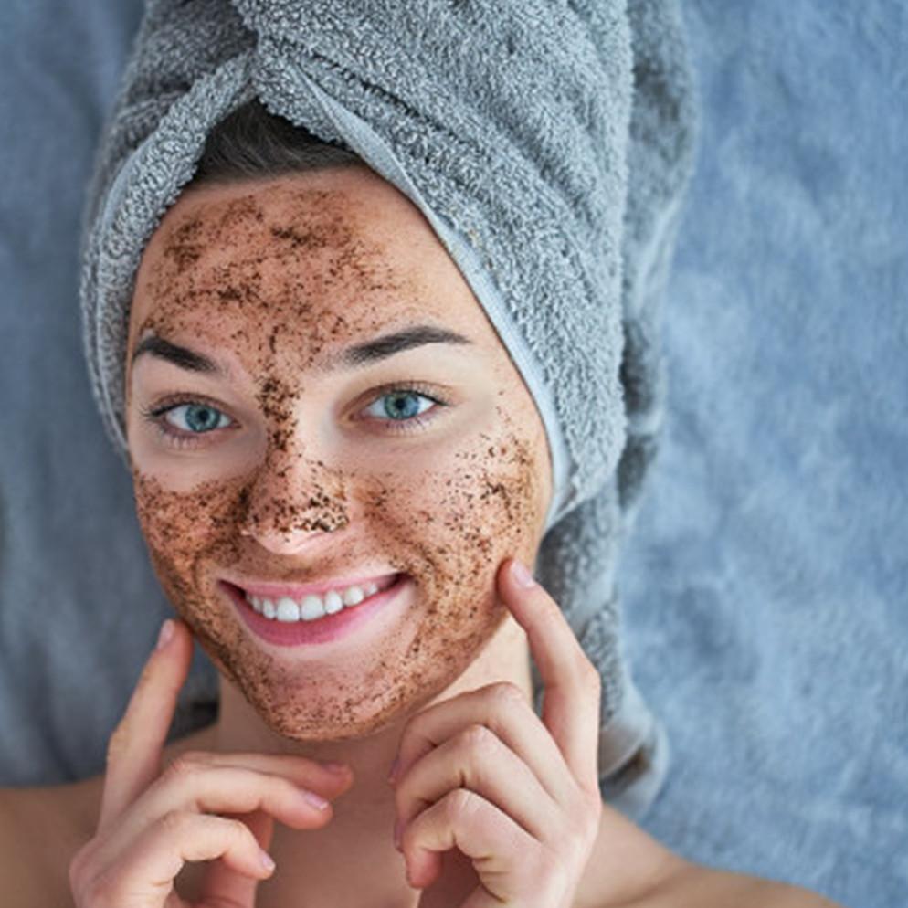 Cara membuat masker dari kopi dan air mawar, dapat mencerahkan wajah
