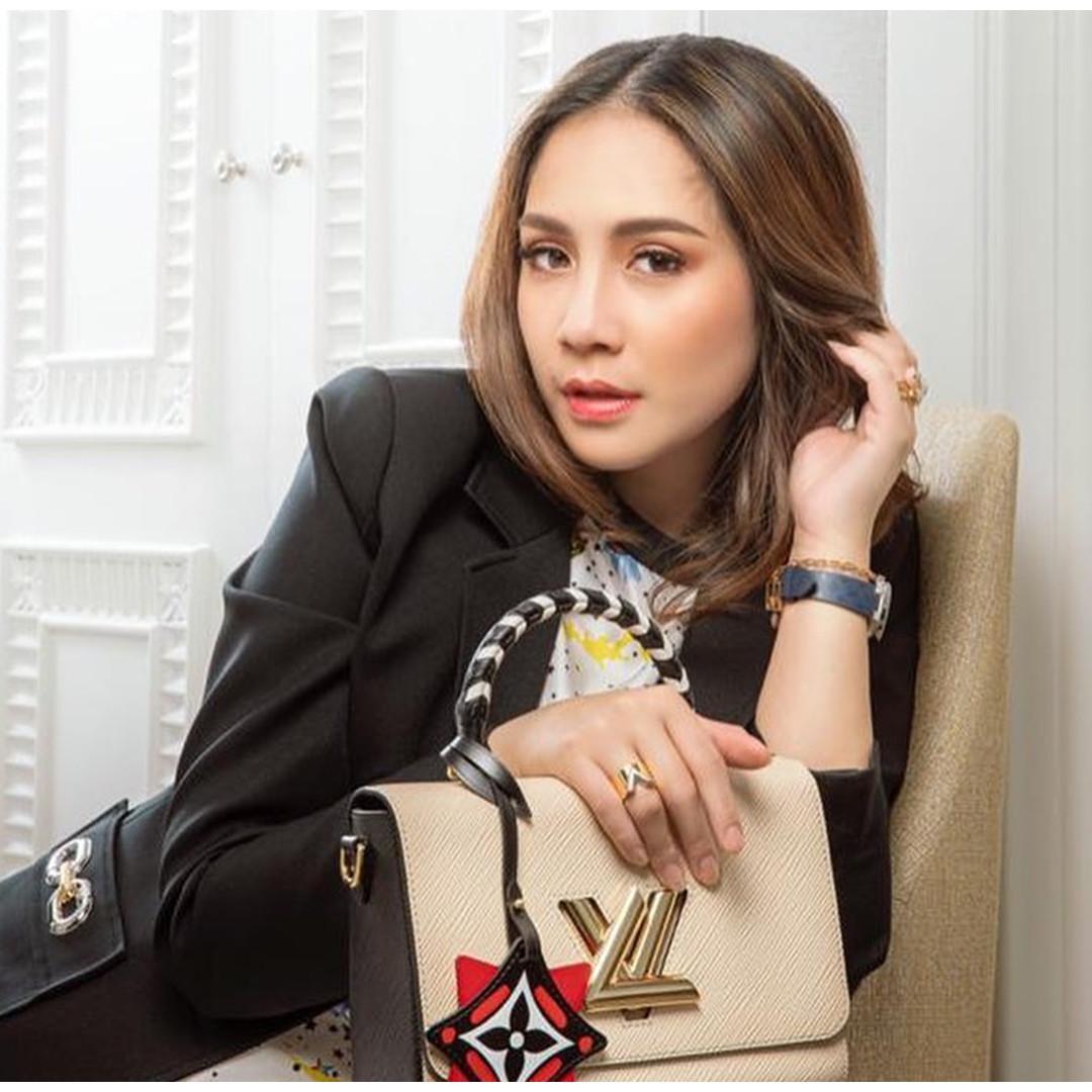 7 Potret Nagita Slavina bagikan koleksi bajunya ke karyawan, heboh
