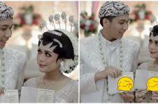 Pamer buku nikah, foto pasangan pengantin ini endingnya bikin ngakak