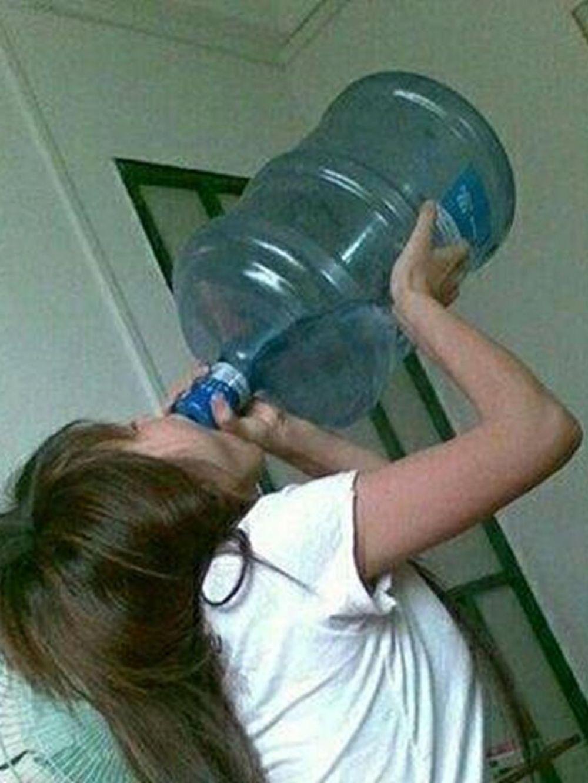 cara minum nyeleneh © Instagram