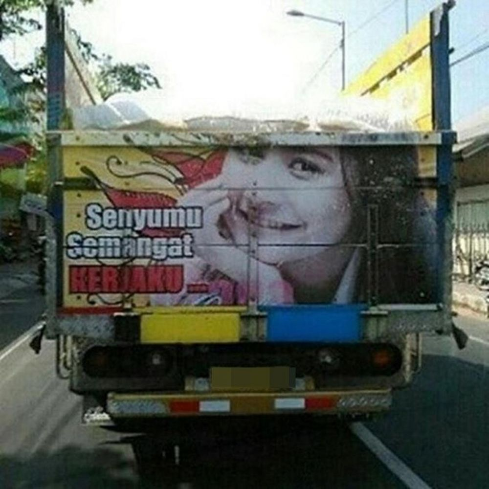 Potret pesinetron jadi gambar bak truk © Instagram