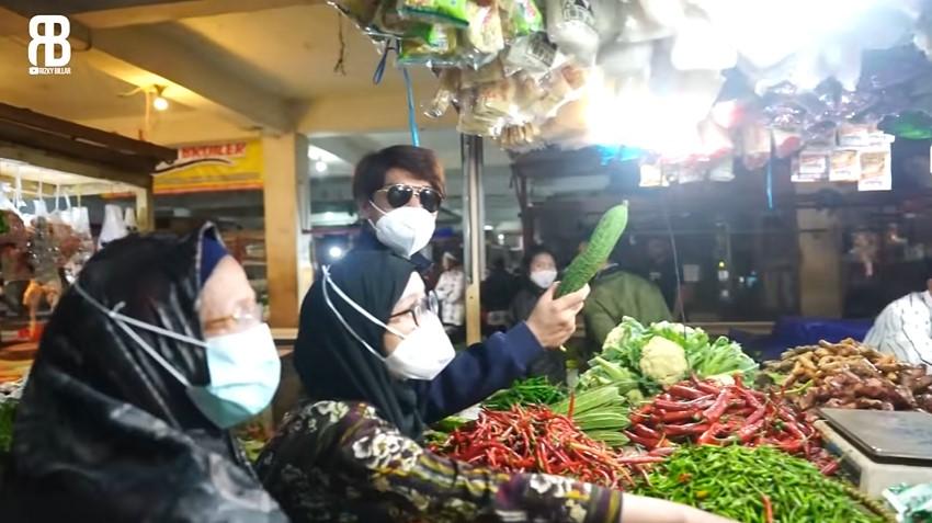 Lesty Kejora dan Rizky Billar di pasar © YouTube