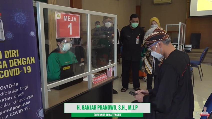 momen ganjar pranowo vaksinasi © YouTube