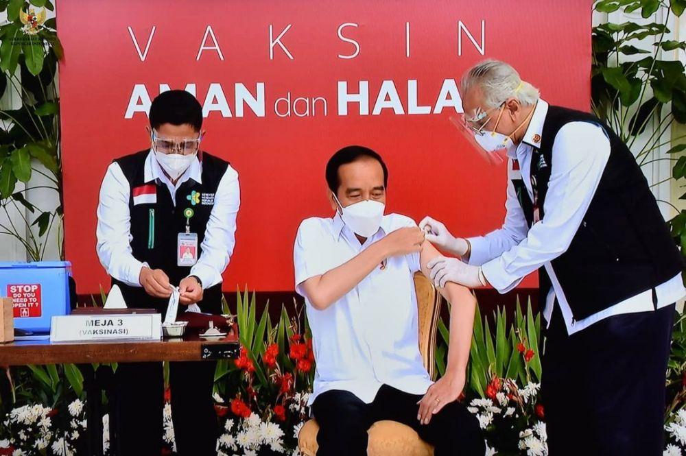 tangan gemetar dokter vaksin jokowi © Berbagai Sumber