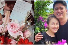 8 Potret Ayu Ting Ting dapat bunga dan surat cinta dari Adit, romantis