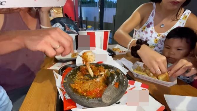 makan di restoran bawa cobek Berbagai sumber