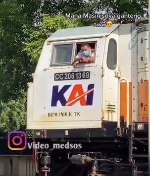 kereta api berhenti di lambai tangan Instagram