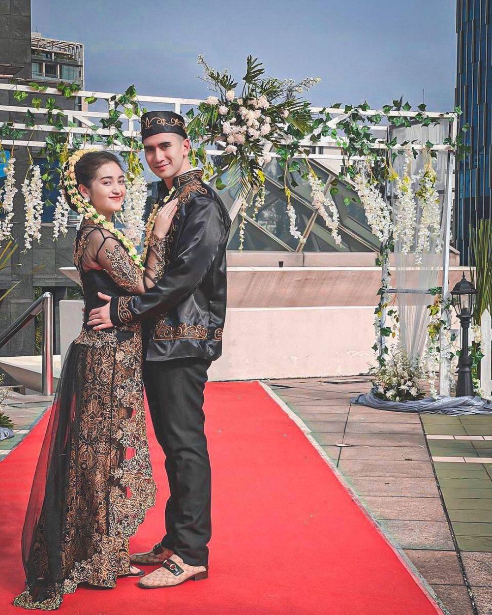 Verrel Bramasta dan Ranty Maria pakai baju pengantin © Istimewa