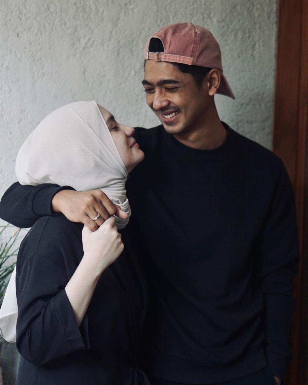 Arya Saloka dan istri pakai baju couple © 2021 brilio.net