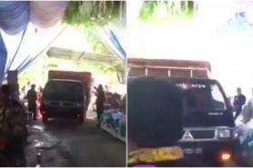Viral video mobil pengangkut ayam melintas di tengah acara pernikahan