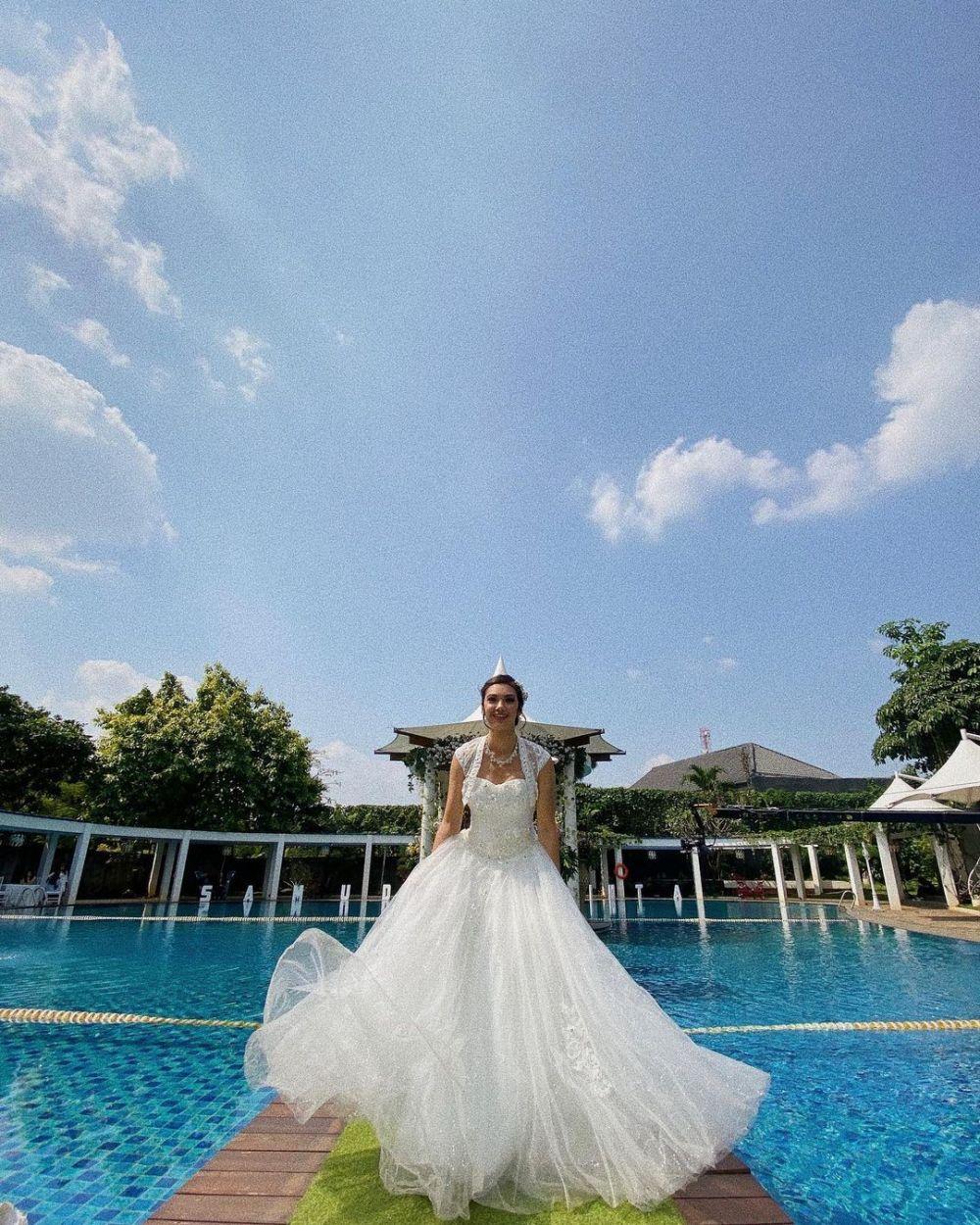 Pesinetron pakai gaun pengantin © Instagram
