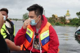 7 Momen Baim Wong kunjungi korban banjir Kalsel, tuai pujian