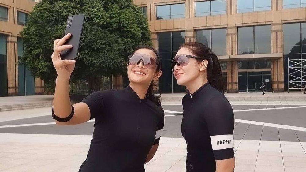 Gaya Dian Sastro dan Wulan Guritno gowes bareng Instagram