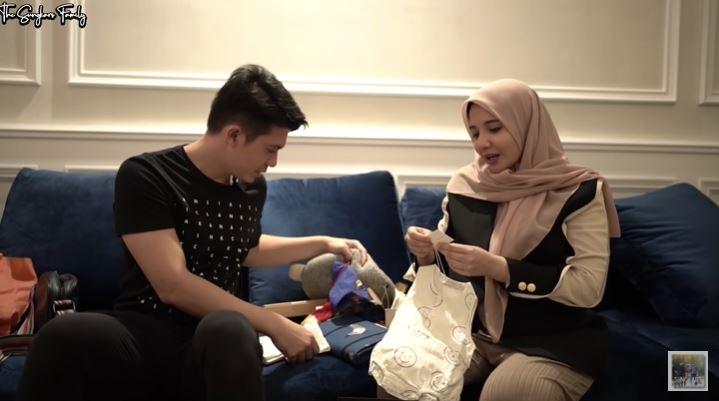 Zaskia Sungkar buka kado © YouTube