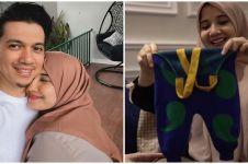 7 Potret Zaskia Sungkar buka kado untuk anak, Nagita lupa lepas harga