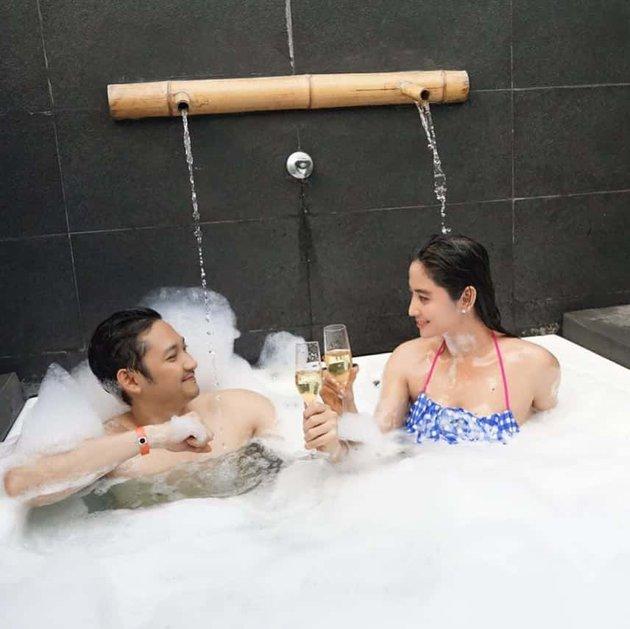 pemotretan pasangan seleb di bathub © Instagram