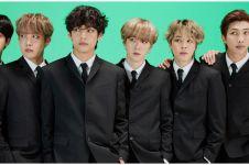 Potret 7 member BTS tirukan foto masa kecil, Taehyung bak raja