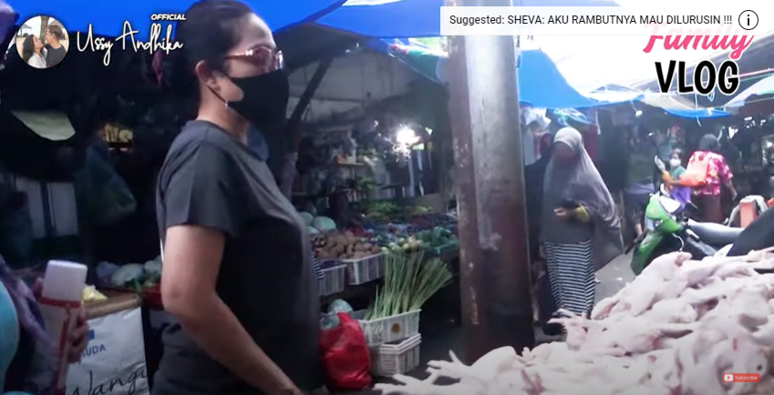 Momen Ussy Sulistiawaty kalap belanja di pasar Instagram dan YouTube