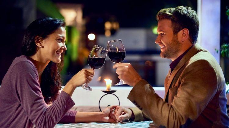 4 Tips menikmati momen spesial sambil menyesap wine, cheers