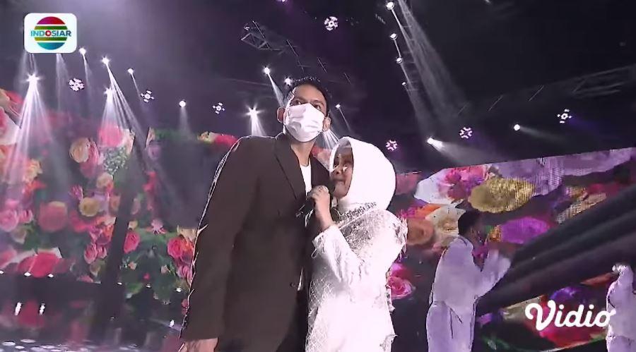 Ikke dan Karlie usai menikah © YouTube