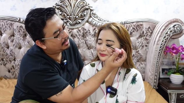 Vega Darwanti didandani suami © YouTube