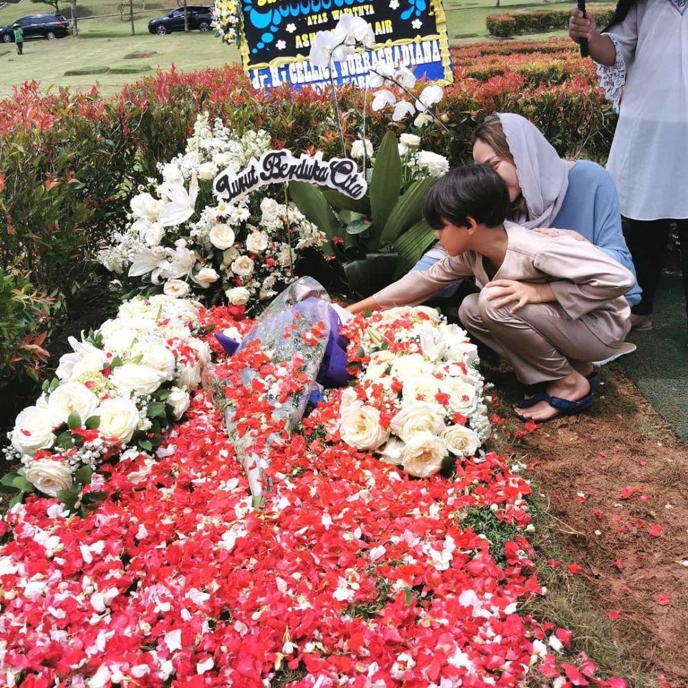 Momen BCL ke makam ashraf © 2021 brilio.net
