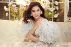 9 Gaya pemotretan Sandrinna Michelle pakai gaun princess, memesona