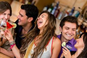 Cara santai dan asyik selama di rumah sambil minum mocktail, nyegerin