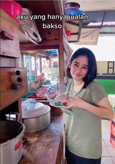 penjual bakso cantik © Instagram