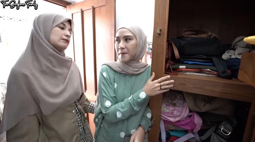 lemari tas sederhena Zaskia Mecca © YouTube